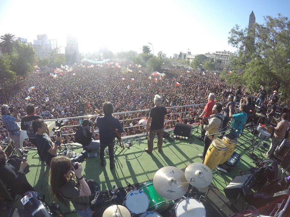"""500 000 души на площад """"Достойнство"""" и булевард """"Провиденсия"""" пяха заедно с """"Инти-Илимани"""" легендарната песен """"Народът обединен никога не ще бъде победен!"""". Снимка: Int-Illimani"""