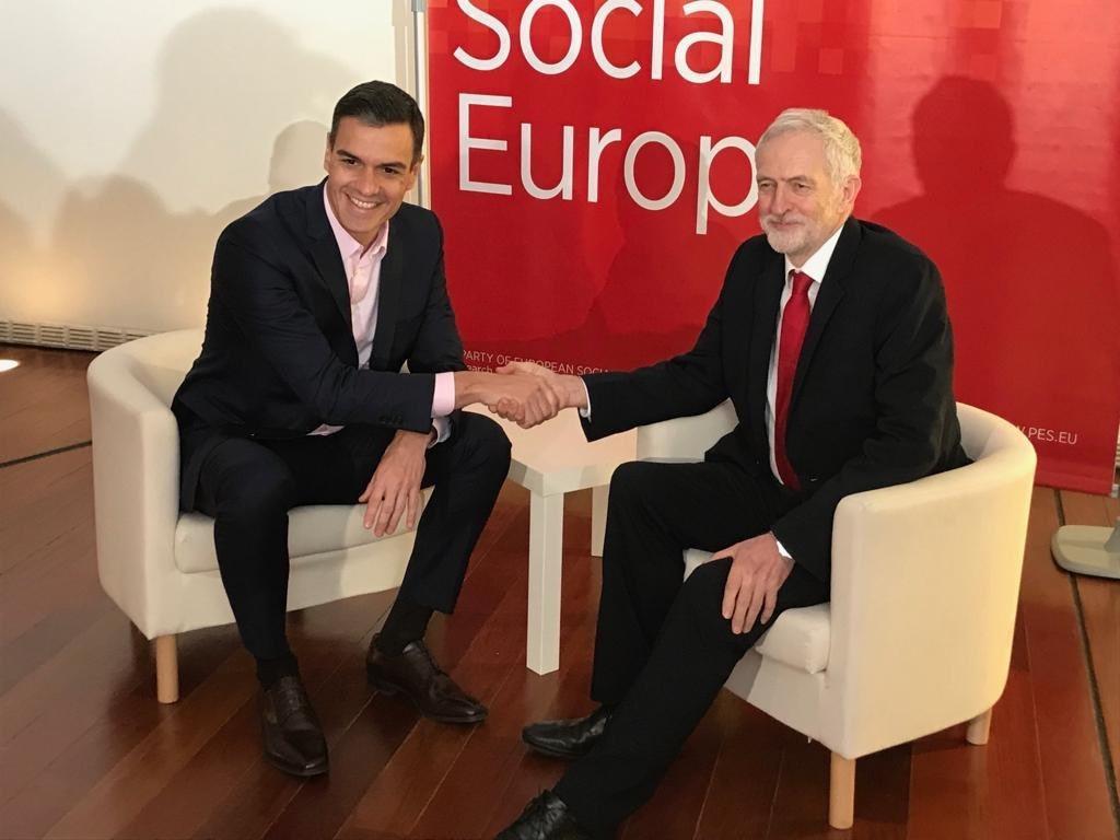 Лидерът на испанските социалисти Педро Санчес и водачът на британските лейбъристи Джереми Корбин са смятани за представители на левите крила в своето политическо семейство в Европа. Снимка: Туитър