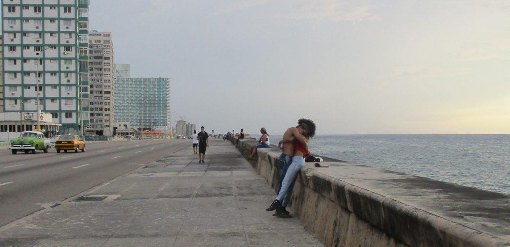 """Влюбените продължават дълго да се целуват на """"Малекон"""". Снимка: Къдринка Къдринова"""