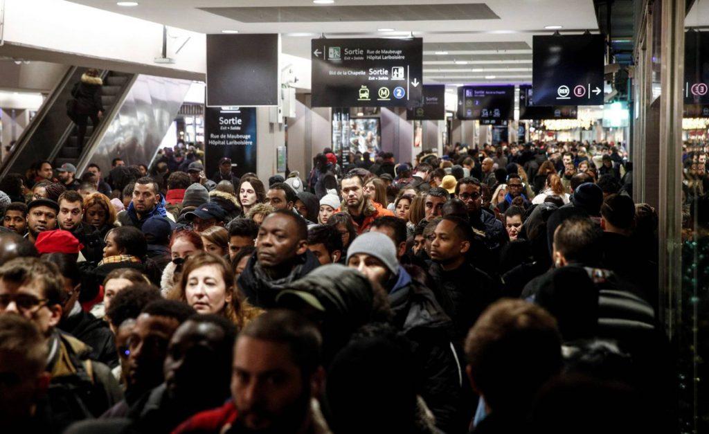 Една от спирките на парижкото метро в понеделнишката сутрин на 9 декември. Снимка: EFE