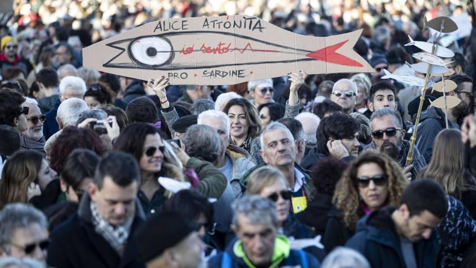 """По-гротескна метафора от превръщането на народите в """"сардинки"""" пред крайнодесните """"акули"""" трудно може да се измисли. Снимка: EFE"""
