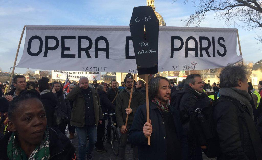 """Балетната трупа на Парижката опера и танцьорите от """"Комеди Франсез"""" излязоха на стачно шествие срещу пенсионната реформа. Снимка: Силвия Аюсо, El Pais"""
