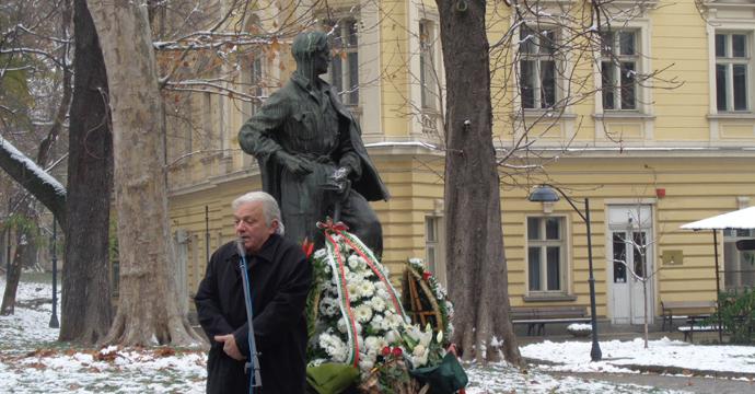Поетът Ивайло Диманов рецитира свои стихове край скулптурата на Никола Вапцаров на възпоменанието по повод 110-годишнината от рождението на поета антифашист. Снимка: Къдринка Къдринова