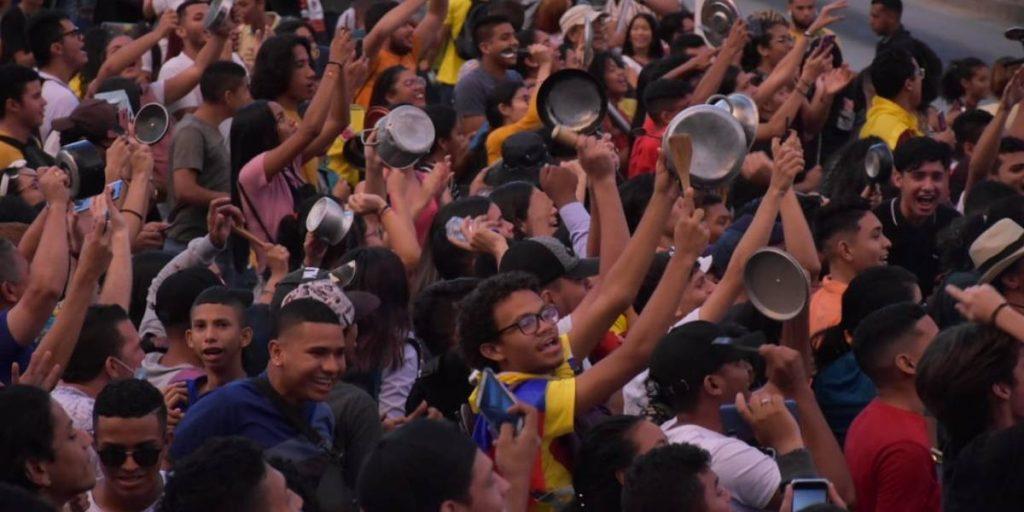 Протестно шествие с удряне в тенджери в колумбийския град Баранкия. Снимка: publimetro.com
