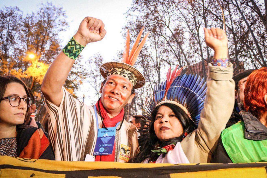 Екоактивисти на коренните народи на Америка по време на шествието в Мадрид. Снимка: cumbresocialclima.net
