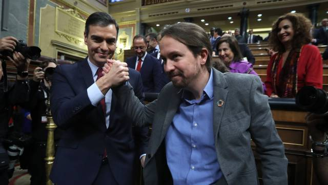 Педро Санчес и Пабло Иглесиас след гласуването в парламента в Мадрид на 7 януари. Снимка: El Pais