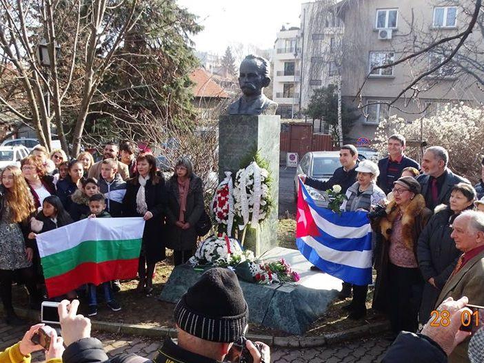 Пред паметника на Хосе Марти в София бяха поднесени цветя и венци по повод 167 г. от рождението му. Снимка: Николай Белалов