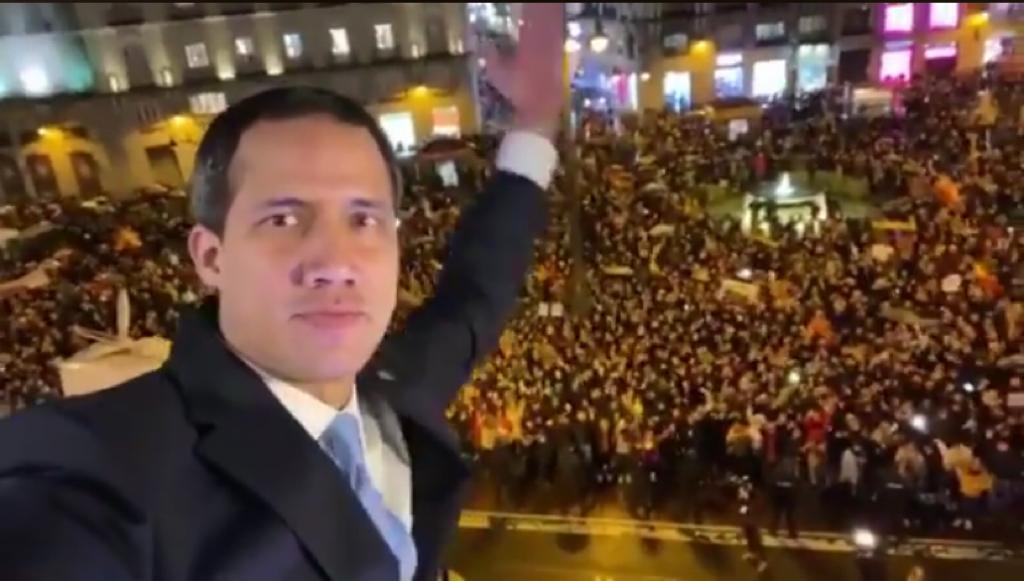 """Стоп-кадър от пуснат от Хуан Гуайдо на неговия профил в Туитър клип от митинга в негова чест на пл. """"Пуерта дел Сол"""" в Мадрид - 25 януари 2020 г."""