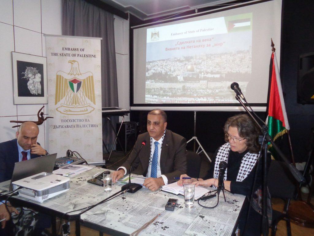 Палестинският посланик Н. Пр. Ахмед Ал-Мадбух (в средата) по време на срещата с медиите в СБЖ. Снимка: Къдринка Къдринова