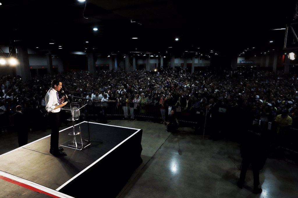 Хуан Гуайдо говори пред феновете си на митинга в Маями. Снимка: Туитър
