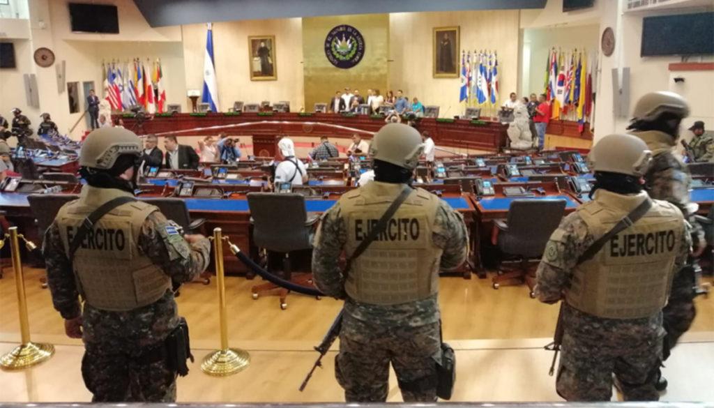 Въоръжени войници навлязоха в пленарната зала на салвадорския парламент на 9 февруари заедно с президента Нйиб Букеле, който се настани на председателското място. Снимка: causaoperaria.org.br