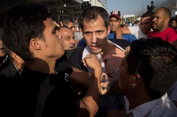Демонстранти пред сградата на летището раздърпаха ризата на Гуайдо. Снимка: extravenezuela.com