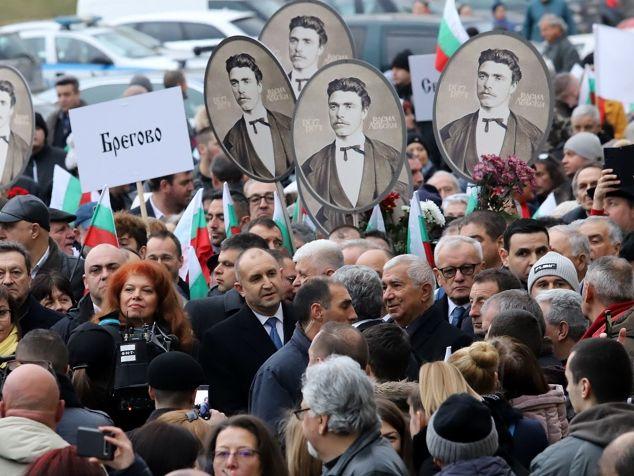 Президентът Румен Радев и вицепрезидентът Илияна Йотова по време на гражданското шествие в памет на Васил Левски. Снимка: Фейсбук