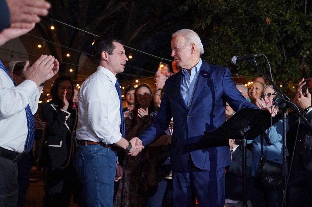 """След като надеждите му да стане кандидат на """"умерените"""" угаснаха, Пийт Бътиджидж послушно подкрепи Джон Байдън. Снимка: www.facebook.com/joebiden"""