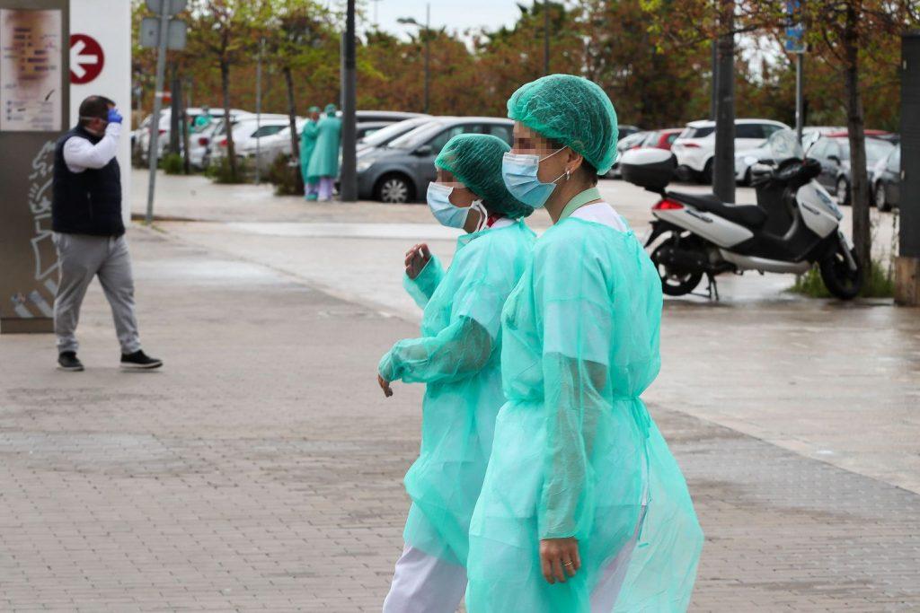 Недостигът на адекватни защитни средства разболява масово медиците в Испания от Covid-19 и разпространява още повече заразата сред пациентите. Снимка: El Pais