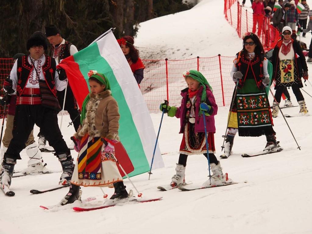 Патриотични граждани демонстрират българщина, като се спускат облечени в носии по пистите в Пампорово Снимка: btvnovinite.bg