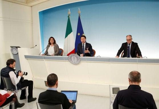 Премиерът Джузепе Конте обяви новите мерки на обща пресконференция с министъра на икономиката Роберто Гуалтиери и министъра на труда Нунция Каталфо. Снимка: larepubblica.it