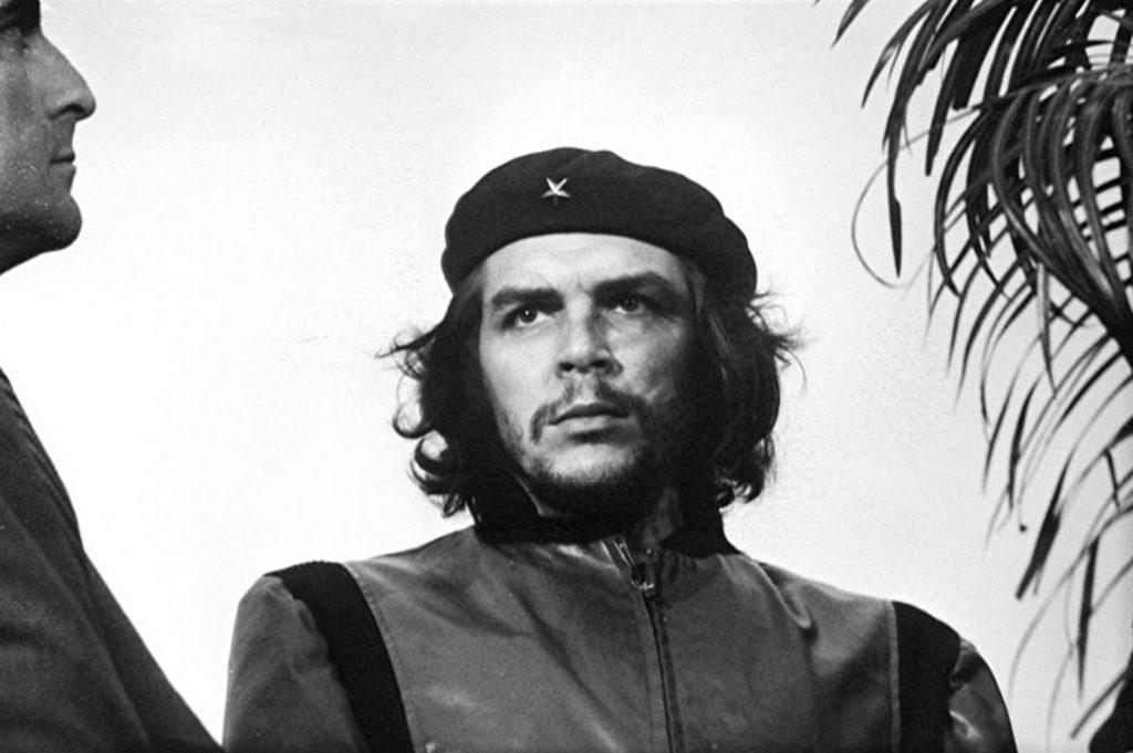 5 март 1960 г. Че Гевара поглежда към човешкото море на митинга в Хавана в памет на жертвите от взривяването на кораба La Coubre. И Алберто Корда хваща мига на историята.