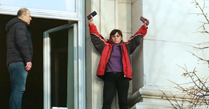 Медицинската сестра Бойка Атанасова на перваза пред залата на комисията по здравеопазване в парламента. Скрийншот: bTV
