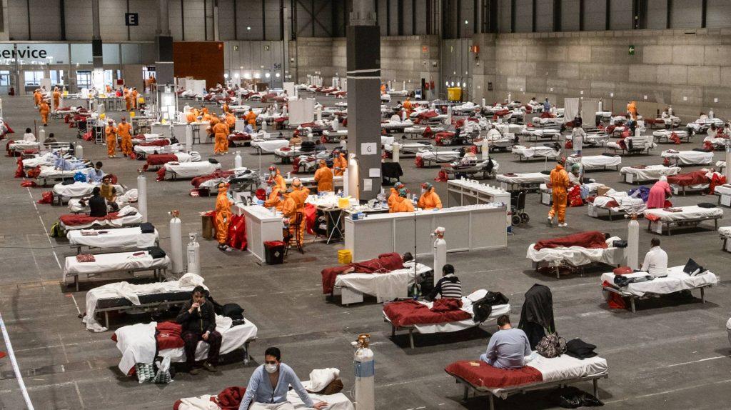 """Павилион 5 в спешно създадения огромен болничен комплекс в панаирното градче """"Ифема"""" в Мадрид за лечение на болни от коронавирус. Снимка: El Pais"""