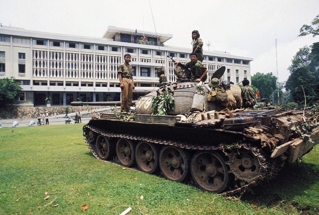 30 април 1975 г. Танк на освободителните сили е спрял на моравата пред вече празното президентство в превзетия Сайгон. Снимка: Туитър