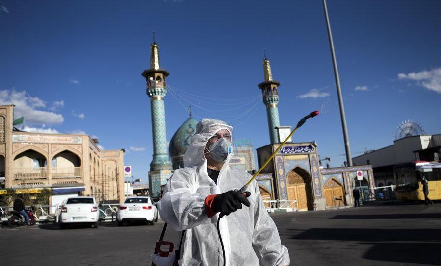 Иран обяви, че има 5209 починали от Covid-19 и 59273 излекувани. Инфектирани остават 19023-ма души, като 3389-ма от тях са в тежко състояние. Дезинфекциите из улиците на иранските градове са обичайна гледка. Снимка: Xinhua