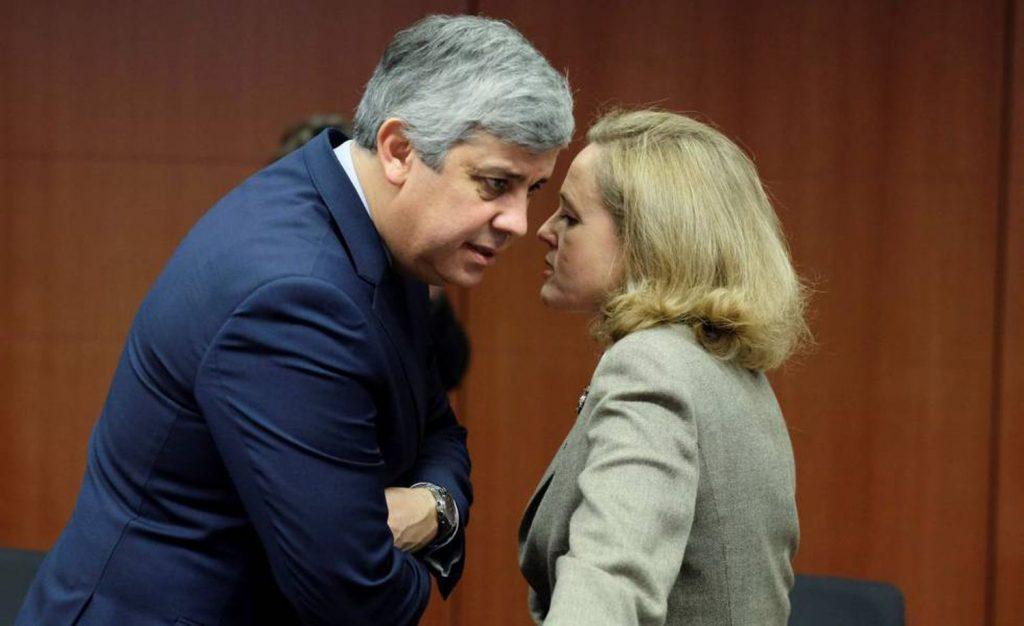 В Еврогрупата никога не е спокойно. Председателят й - португалецът Марио Сантено, в разговор с испанската министърка на икономиката Надя Калвиньо по време на заседание в Брюксел през януари т.г. Сегашната среща на Еврогрупата беше само вирутуална. Снимка: EFE