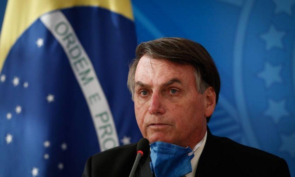 С напредъка на Covid-19 в Бразилия дори отричащият пандемията Болсонаро взе да се появява с маска. Но политическото му оцеляване вече изглежда безнадеждно. Снимка: O Globo