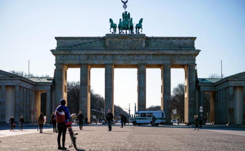 Край Бранденбургската врата в Берлин е почти пусто заради мерките срещу коронавируса. Снимка: EFE