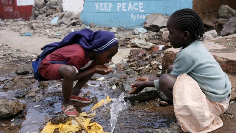Какво могат да направят сами срещу коронавируса бедни страни, в които е проблем да се намери вода дори за пиене, камо ли за миене? Снимка: www.pulselive.co.ke
