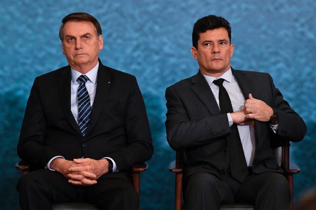 Президентът Жаир Болсонаро и вече бившият му правосъден министър Сержио Моро, който знае толкова, че с лекота може да катурне държавния глава. Снимка: UOL Noticias