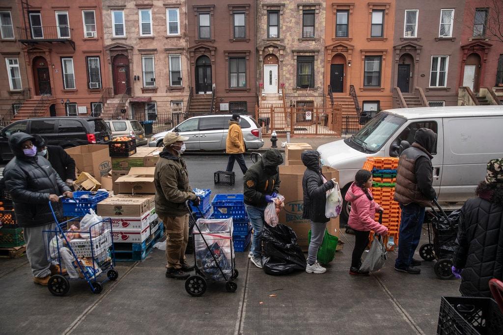 Опашка за безплатна храна пред църква в Бруклин. Снимка: Victor J. Blue за The New York Times