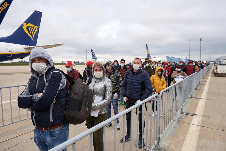Румънски работници чакат за проверка на температурата на летището във Франкфурт. Снимка: PA