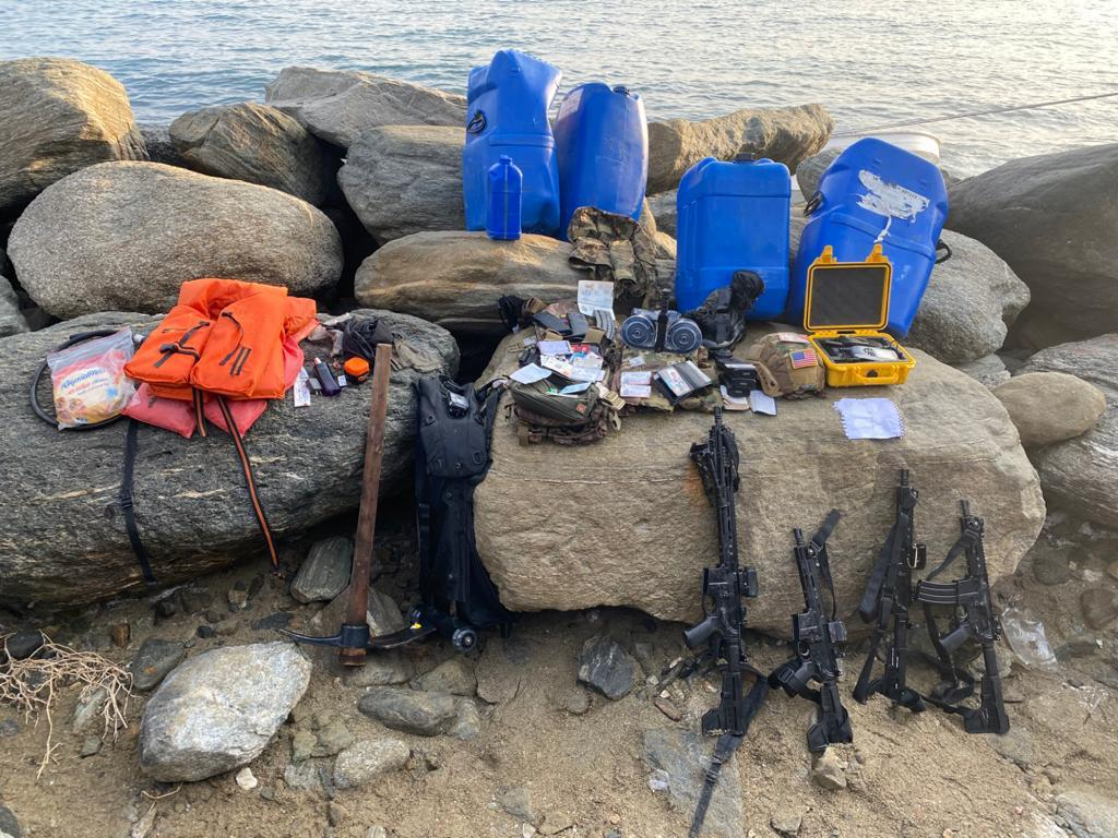Част от заловените при операцията в Гуайра оръжие и екипировка на опиталите се да проникнат по море откъм Колумбия терористи. Снимка: WatsApp