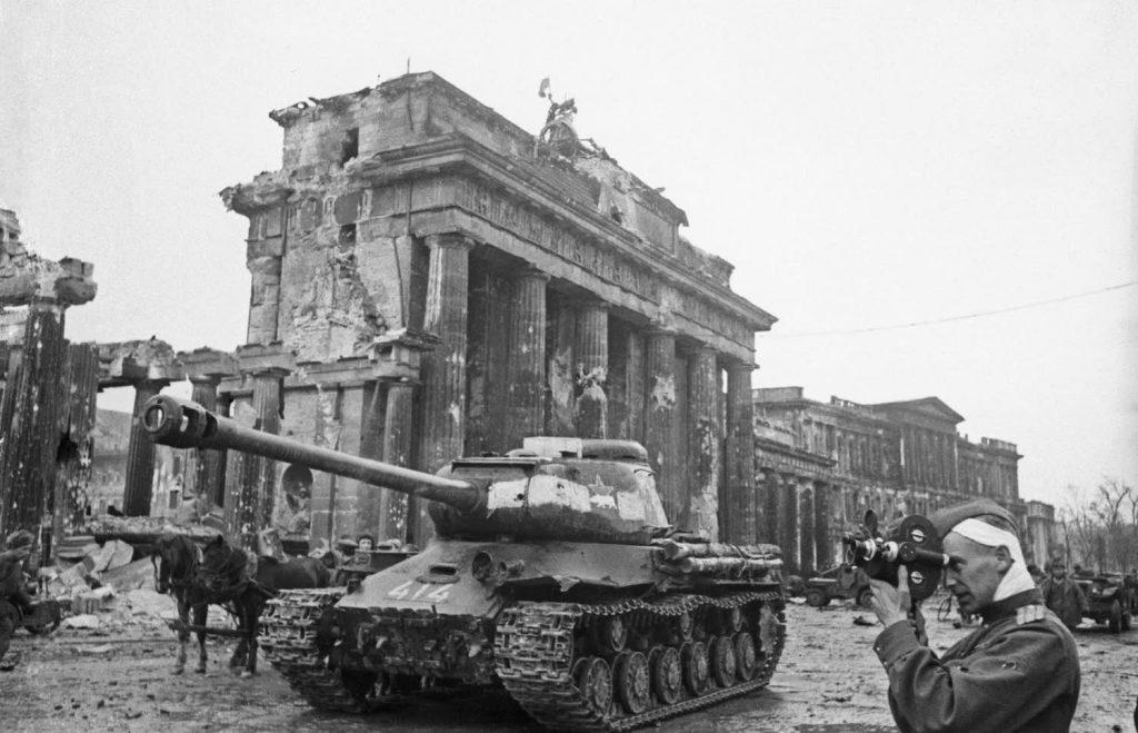 Роман Кармен снима край Бранденбургската врата в Берлин на 9 май 1945 г. Снимка: Музей ЦСДФ