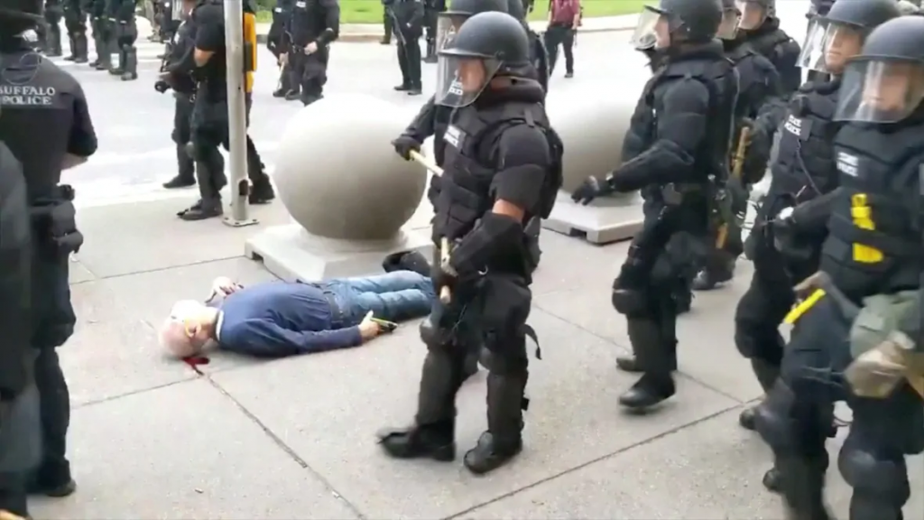 Един от стотиците примери за полицейска бруталност през изминалата седмица.