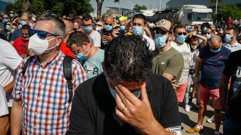 """Работници от един от заводите на """"Нисан"""" в Барселона при оповестяване на новината за закриването им. Снимка: La Vanguardia"""