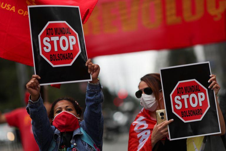 """В Световния ден """"Да спрем Болсонаро"""" се включиха активисти от над 50 града в 24 страни. Снимка: El Pais"""