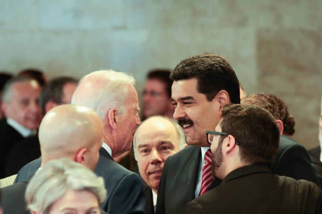 Николас Мадуро и Джо Байдън в оживен разговор в бразилската столица на 1 януари 2015 г. Снимка: minci.gob.ve