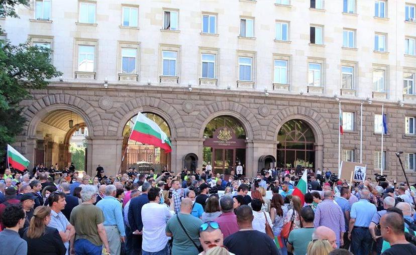 Пред президентството се събра спонтанен протест след показния арест на двама служители в институцията на 9 юли. Снимка: Николай Белалов