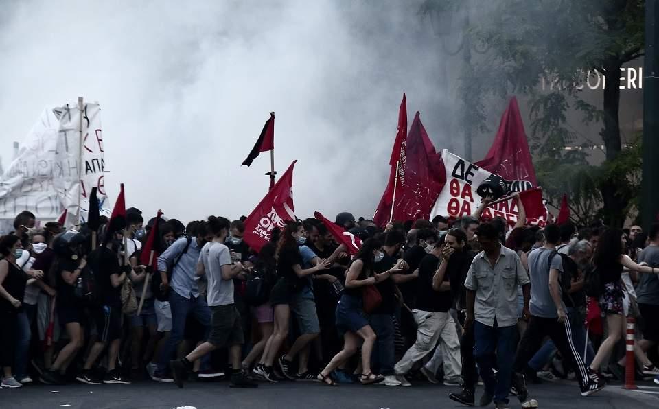Протестиращи срещу новия закон за ограничаване на демонстрациите в Гърция излязоха пред парламента в Атина, а срещу тях бе пуснат сълзотворен газ. Снимка: ekathimerini.com