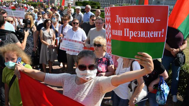 Участници в проправителствения митинг в Минск на 16 август. Снимка: РИА