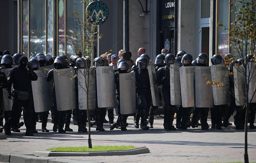 Беларуски спецчасти извършват днес поредни арести в центъра на Минск. Снимка: ТАСС