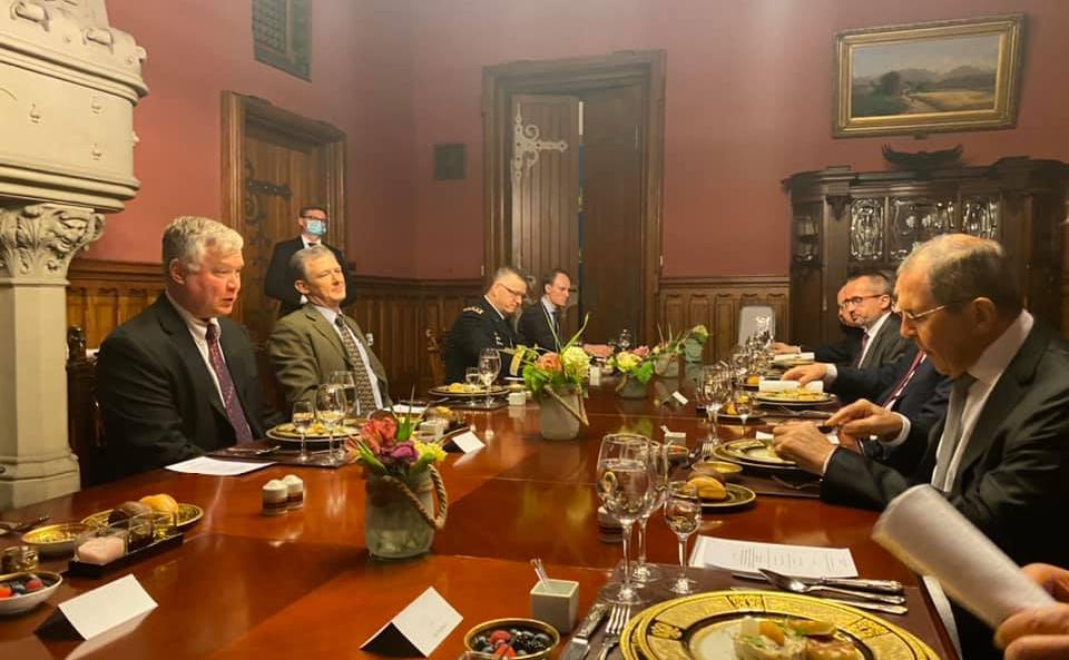 Стивън Биган  и Сергей Лавров с екипите си на работния обяд в Москва по време на руско-американските консултации. Снимка: Фейсбук на Мария Захарова