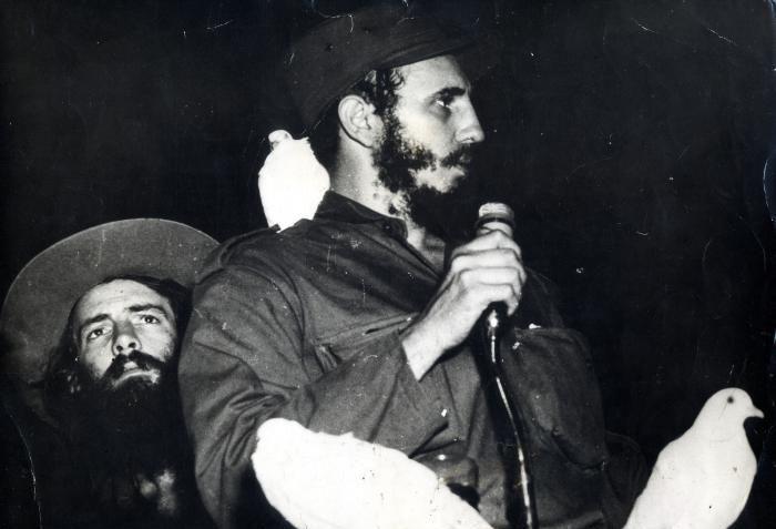 Исторически кадър от речта на Фидел Кастро след влизането му в Хавана на 8 януари 1959 г. Зад него е Камило Сиенфуегос. Снимка: Granma