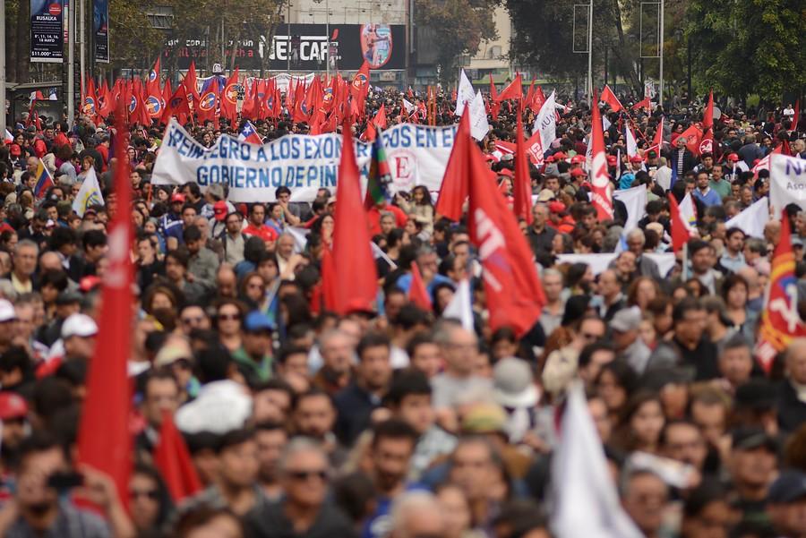 Шествията с червени знамена продължават да са масови из много страни по света. Снимка: The Clinic