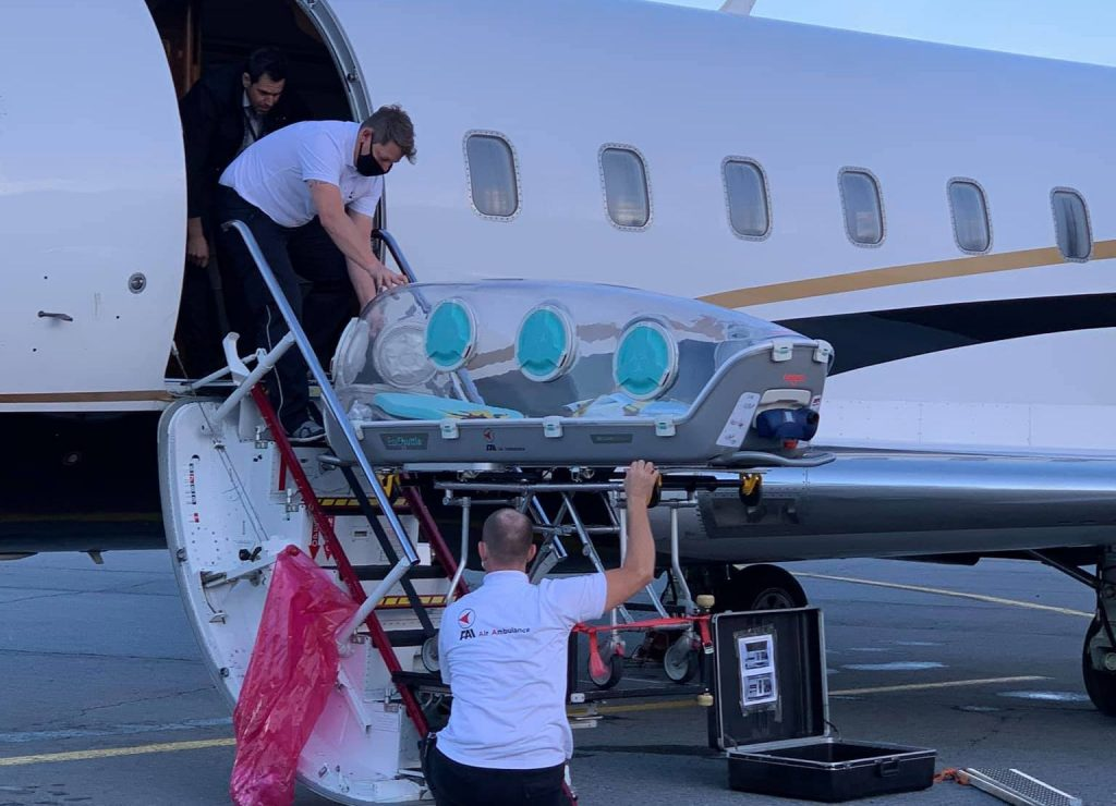 Натоварването на Алексей Навални в германския самолет. Снимка: Фейсбук профил на Борис Тьоплих