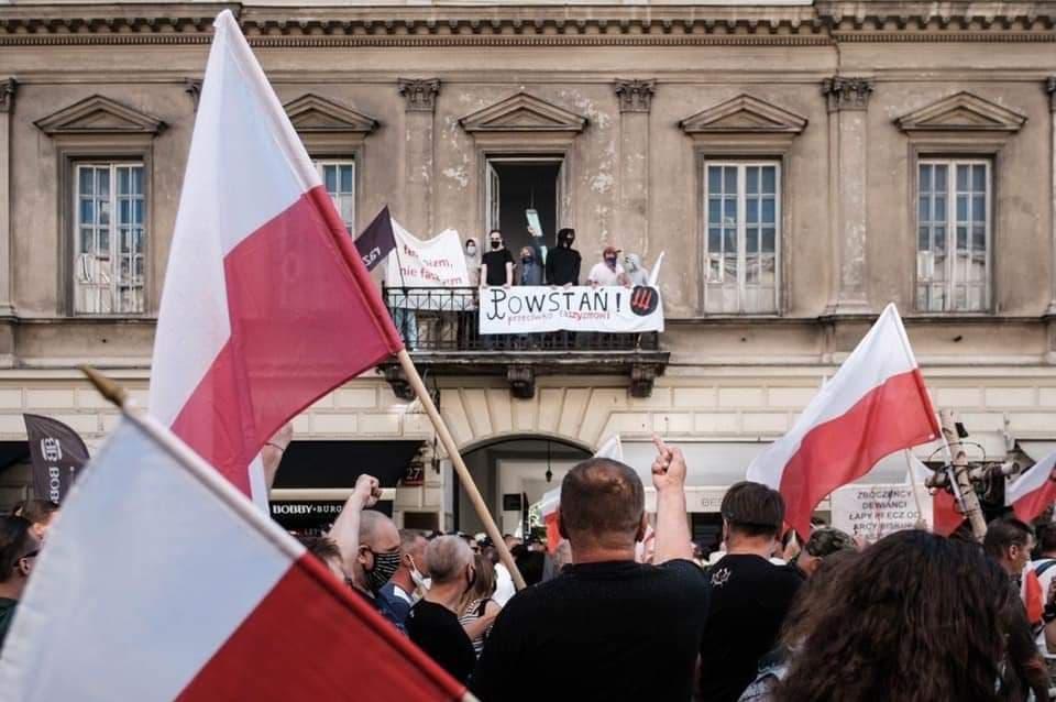 Участници в дясното шествие негодуват срещу плакати, които им напомнят, че въстанието е били против фашизма