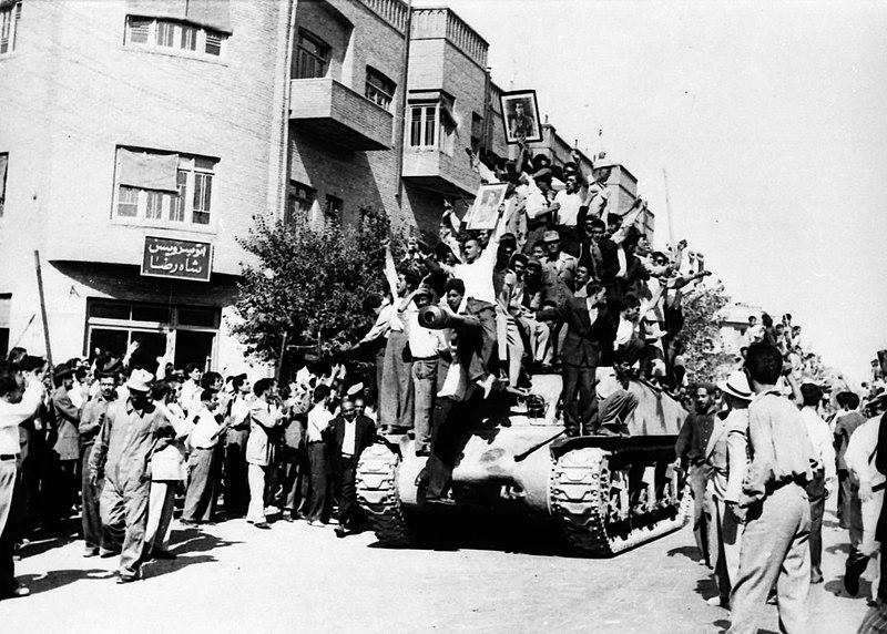 Привърженици на преврата през 1953 г. Снимка: Wikimedia commons