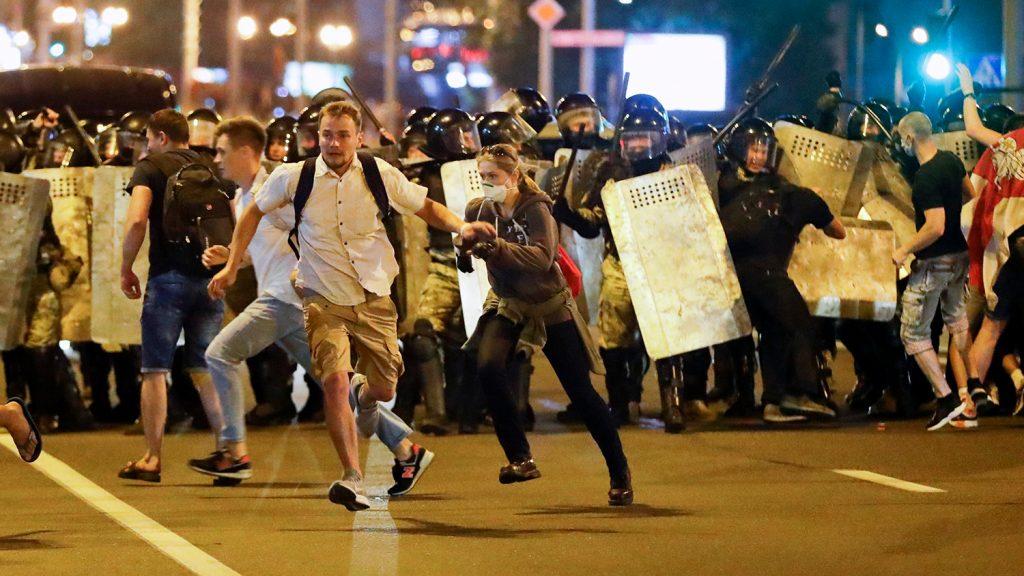 По време на сблъсъците в центъра на Минск в нещто след президентските избори на 9 август. Снимка: gazeta.ru